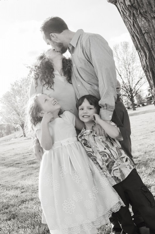 morgan-taylor-photography-2014-fintonfamily-blackandwhite-kissing